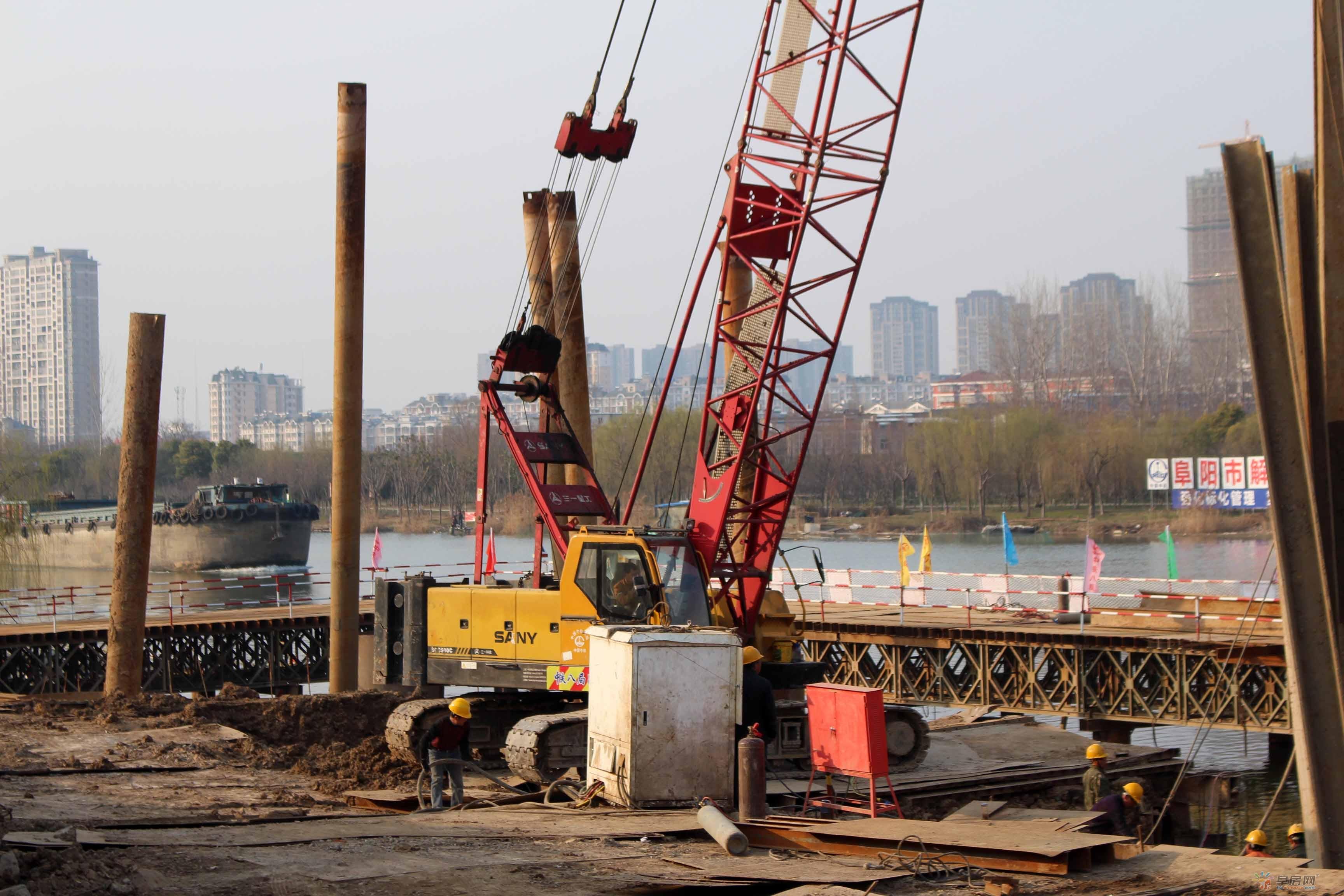 """解放北路泉河桥:""""定海神针""""钢围堰搭建中"""