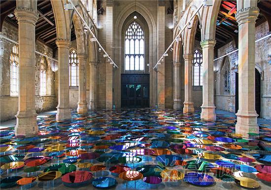 你能想象神圣的教堂鋪得五顏六色嗎?