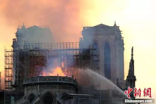 突发!巴黎圣母院起火!标志性尖塔已倒塌