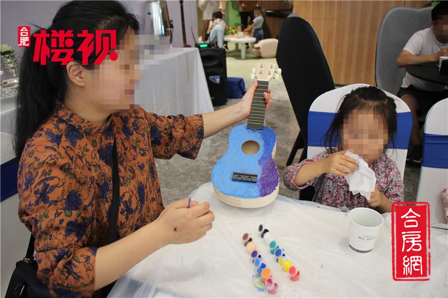 一位母亲和自己的女儿正在配合一起绘画