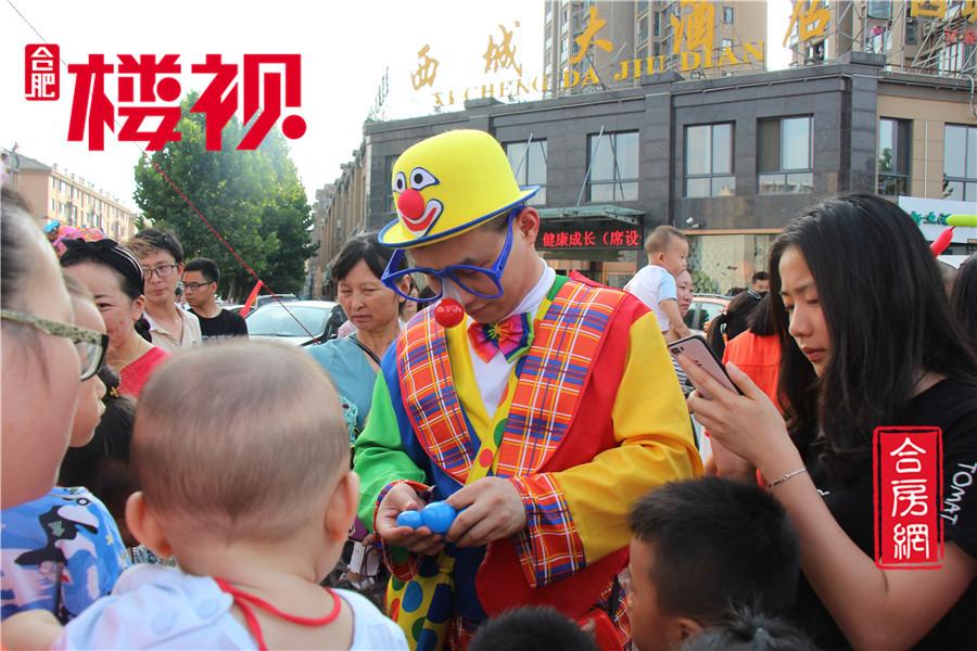 活动现场 小丑正在为孩子们做气球玩具